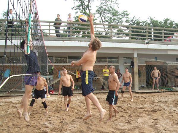 意大利皮埃罗在青岛一浴 沙滩排球风采