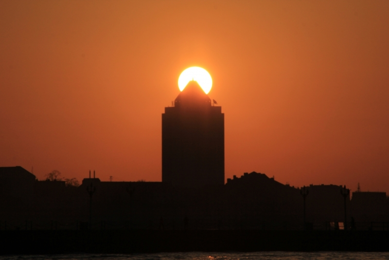 青岛栈桥海水浴场 太阳升起