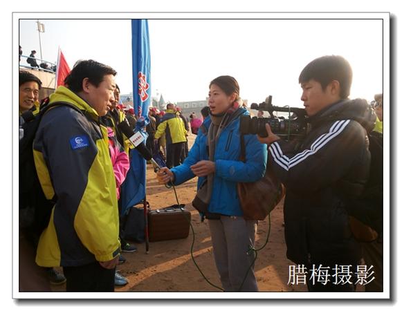 栈桥活动青岛电视台记者现场采访冬泳人